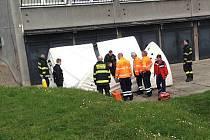Vyjednávání skončilo v okamžiku, kdy hasiči pod okno roztáhli nafukovací matraci a muž skočil přímo na ni.