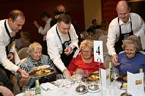Padesát seniorů z neziskové organizace Remedium a pražských domovů pro seniory obsluhoval vrcholový management pořadatelských firem - KPMG Česká republika, Hilton Hotels in Prague a Allianz pojišťovna.