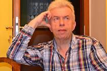 Houslista Jaroslav Svěcený ve svém ateliéru.