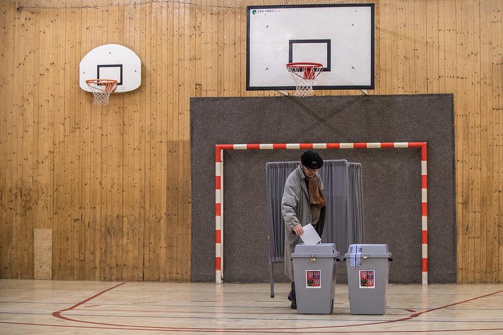 Lidé volili v parlamentních volbách 20. října v Praze.