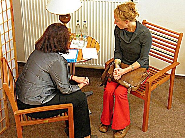 FIKTIVNÍ SCÉNKA probíhala mezi truchlící herečkou Anežkou Kotrlou (vpravo) a poradkyní pro pozůstalé Evou Volrábovou.