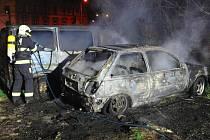 V Praze 8 shořelo osobní auto, uvnitř byl mrtvý člověk
