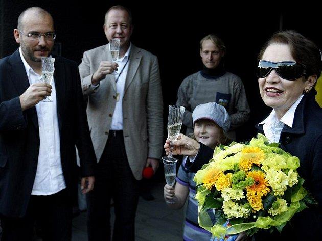 Herečka Hana Maciuchová se svojí neteří pokřtila 5. září v pražské Zoo mládě levharta obláčkového.