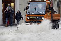 Pracovníci Pražských služeb odklízejí čerstvě napadaný sníh v Celetné ulici v Praze.