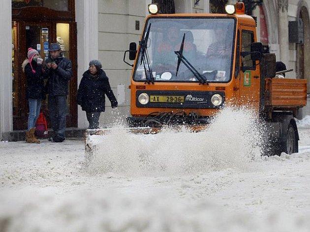Pracovníci Pražských služeb odklízeli čerstvě napadaný sníh v Celetné ulici v Praze.