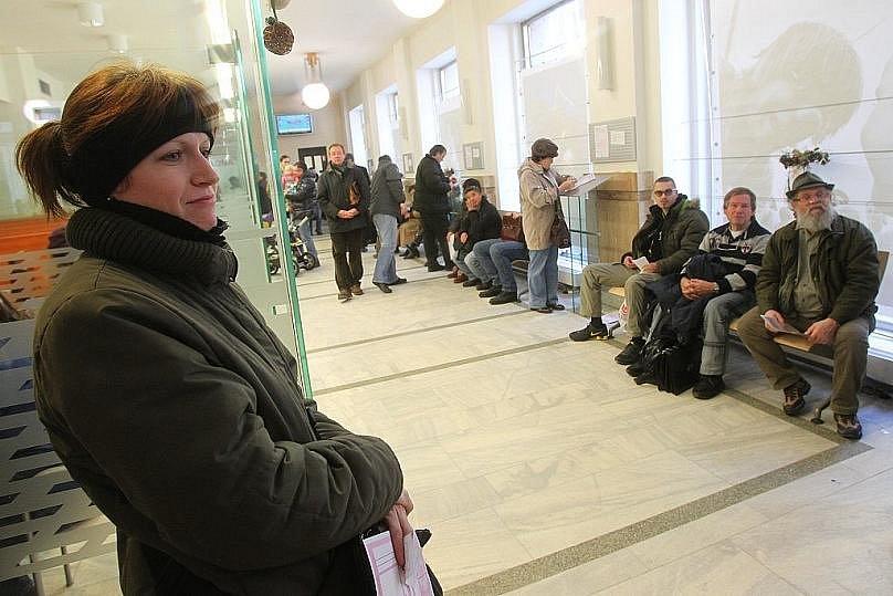 Lidé čekající na výměnu řidičských průkazů v pražské Jungmanově ulici.