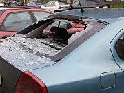 Rozbité zadní okno vozu. Ilustrační foto.