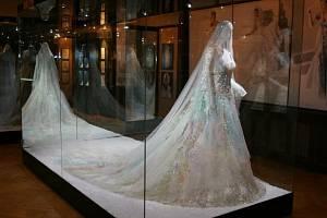 Obecní dům hostí výstavu slavné návrhářky Blanky Matragi.
