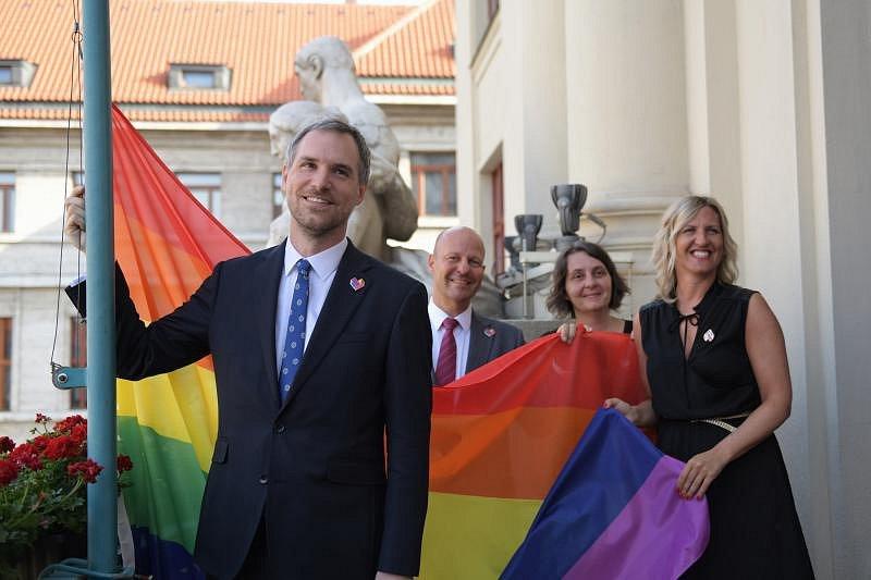 Duhová vlajka zavlála nad Prahou. Radní podpořili festival Prague Pride.