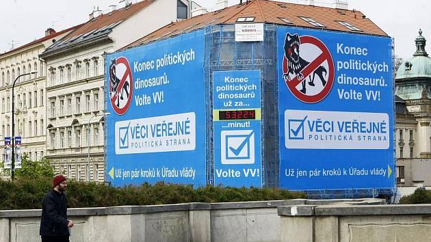 Dům v ulici U železné lávky v Praze na Klárově na jehož lešení se objevil obří předvolební poutač politické strany Věci veřejné.