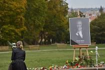 Při pátečním rozloučení s Karlem Gottem bylo zřízeno kvůli obrovskému zájmu o žofínský palác ještě jedno pietní místo na Smíchově.