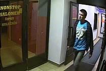 Muž podezřelý z krádeže peněženky v herně v Horních Počernicích.
