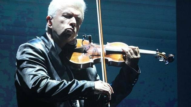 Houslový virtuóz Jaroslav Svěcený na koncertě v rámci projektu Vivaldianno v pražské 02 aréně.