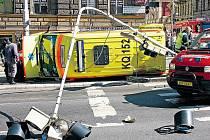 SANITKA SKONČILA NA BOKU. Hrůzně vyhlížející nehoda, která se v sobotu stala nedaleko náměstí I. P. Pavlova, si vyžádala tři středně těžká zranění. Zdaleka nebyla první, která se na tomto místě udála.