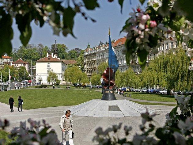 PARKOVIŠTĚ POD PARKEM. Podzemní stání na druhé straně Vltavy jsou prázdná, investorovi se zmenšený projekt pod Klárovem v současné době nevyplatí. A park marně čeká na své zvelebení.