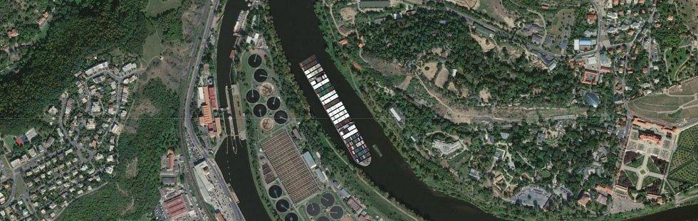 Kontejnerovou loď Ever Given, která téměř týden blokovala Suezský průplav, se podařilo uvolnit. Jaké místo by obří plavidlo zabralo u trojské zoo?