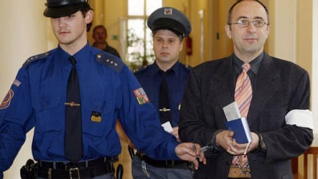 ODSOUZEN. Vladimír Mikuš (vpravo) odešel od Vrchního soudu se čtrnáctiletým nepodmíněným trestem.