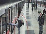Muž si zahrál ve stanici metra Budějovická na karatistu.