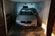V rámci akce Caresis policisté zadrželi šestici lupičů aut. Na snímku Škoda Octavia s falešnými registračními značkami nalezená v garáži ve Všebořicích.