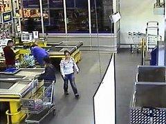 Zlodějka ukradla kabelku ženě, která dávala nákup do svého auta před obchodním centrem.