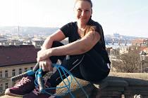 Protože Katka Čelakovská bydlí v centru Prahy, ráda si zaběhá na náplavce, nebo se vydá do schodů nahoru na Vyšehrad. S chutí také skáče přes švihadlo.