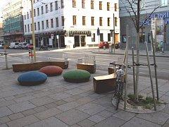 Lokální rozšíření chodníku a odstranění několika parkovacích stání umožňuje vytvoření příjemného plácku pro setkávání a odpočinek. Přiblížení obou stran ulice zároveň poskytuje možnost pohodlného přecházení mimo přechod pro chodce (Rakousko, Vídeň)
