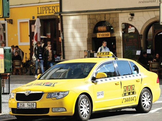 Praha taxikáře kontroluje často. Přesto se jí nedaří veškeré nepoctivce postihovat. Zákazníci se prý nejlépe vyhnou problému tehdy, když si taxi zavolají přes dispečink.
