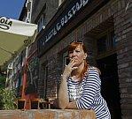 Kouření před restauracemi - Bastard na Praze 3.