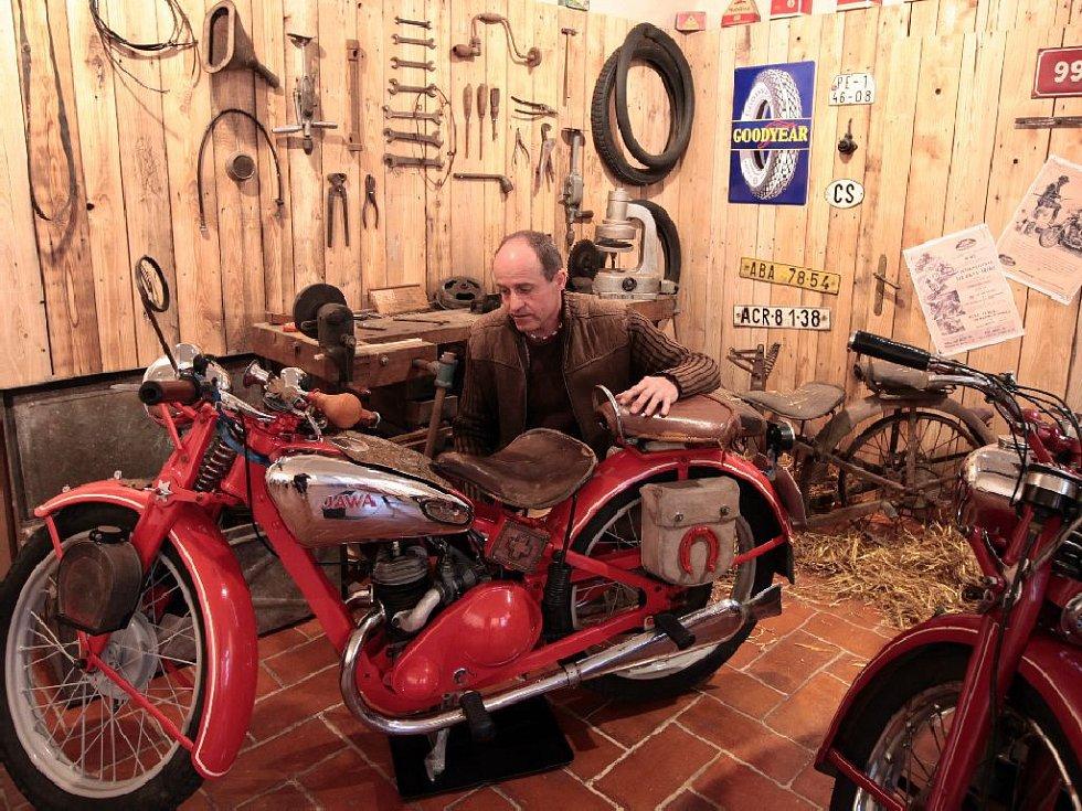 Výstava historických motocyklů JAWA na Chvalském zámku, otevřena denně do 25. dubna