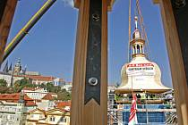 DO NOVÉ VĚŽE NOVÝ ZVON. Teď zbývá vybrat mezi Pražany potřebných dvě stě tisíc a sladil ho s ostatními malostranskými zvony. (Snímek je z osazování největší věže, ve které by měl zvon viset, na konci loňského září.)