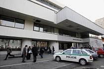 Policie za asistence hasičů evakuovala v pátek 14. listopadu asi tisícovku lidí z kancelářského komplexu Rosmarin Business Center v Dělnické ulici v Praze. Anonym tam hrozil výbuchem bomby.