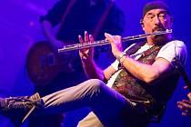 Kapelník a také zpěvák a flétnista. Ian Anderson se po půl roce vrátil do Česka.