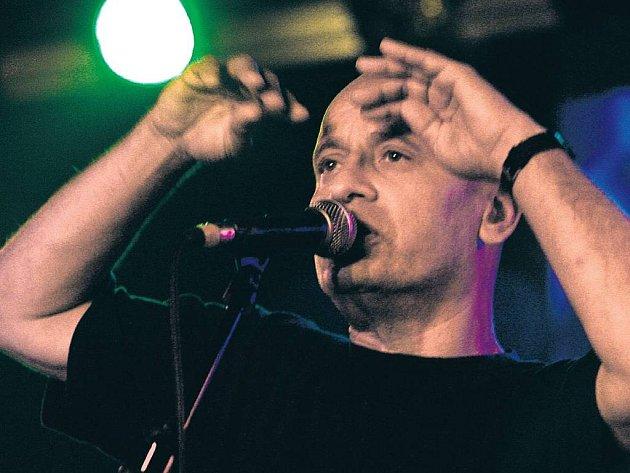 V RÁMCI PROLOGU United Islands of Prague vystoupil už ve čtvrtek v pražském klubu Rock Café Tony Ducháček s kapelou Garage.