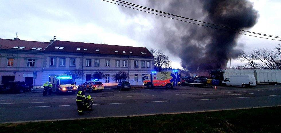 U požáru v Braníku jsou preventivně připraveni rovněž záchranáři.