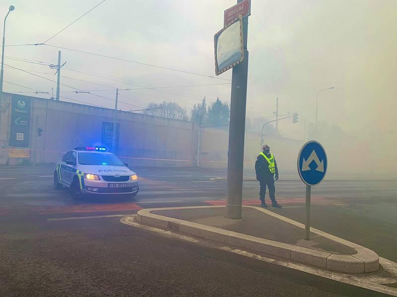 U požáru v Braníku zasahují také policisté, kteří uzavřeli Modřanskou ulici.