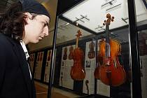 SLAVNÉ EVROPSKÉ HOUSLE. Na výstavě návštěvníci zhlédnou kolekci unikátních houslí čtyř století ze soukromých evropských sbírek. Mezi nejzajímavější exponáty patří mistrovské housle od Antonia Stradivariho nebo pražské malostranské housle z 18. stolet