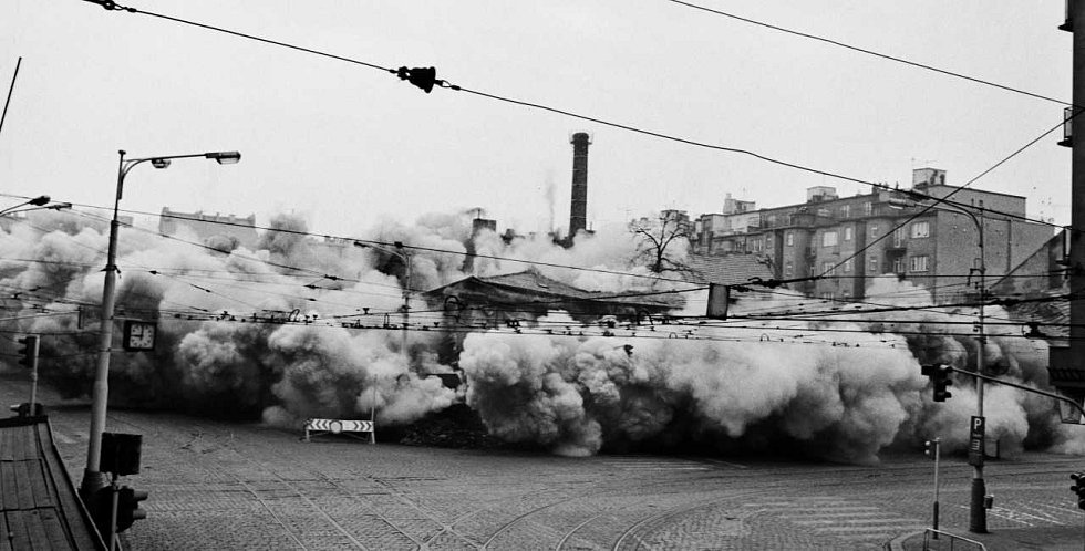 """ANDĚL. Demolice domu """"U Zlatého Anděla"""". Na tomto místě vyrostla stanice metra Moskevská (později Anděl). Snímek ze 16. 2. 1980."""