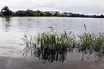 Opět plný vody. Odbahnění Kyjského rybníka protáhla a prodražila kontaminace usazenin na dně ropnými látkami.