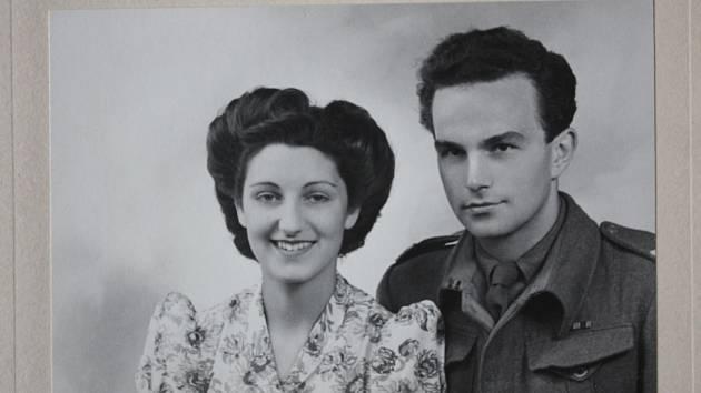 KRÁTCE PO SVATBĚ. S tankistou obrněné brigády Karlem Šebesťákem v roce 1944.