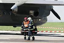 Záchranáři zasahují na letišti ve Kbelích. Ilustrační foto.