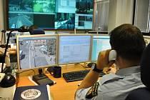 Centrální operační středisko Městské policie Praha v jejím sídle v Korunní ulici, kde strážníci vyřizují telefonáty na tísňovou linku 156.