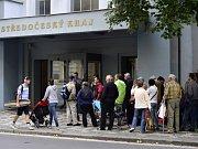 Stovky lidí čekaly v pondělí 8. září 2014 v Praze na Smíchově před středočeským krajským úřadem, kde lze opět žádat o kotlíkové dotace.