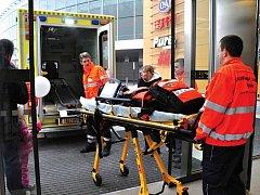 Pražští záchranáři dělají vše, aby zachránili lidské životy. Denně vyjíždí zhruba ke třem stovkám případů. Někteří si ale stěžují, že atmosféra na pracovišti jim práci neulehčuje.