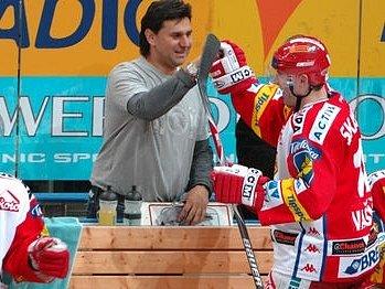 RADOST SLAVIE. Trenér Vladimír Růžička se raduje se svými svěřenci po vysoké domácí výhře nad Znojmem 7:0.