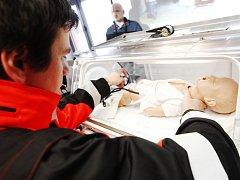 Nový inkubátor, díky kterému bude moci převážet předčasně narozené novorozence mezi zdravotnickými zařízeními, mají od února  i v Pardubickém kraji.