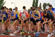 STARTUJEME! Sto třicet dva běžců se rovná před závodem Zlatá desítka Emila Zátopka.