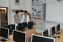 POČÍTAČOVÁ UČEBNA je vybavena nejen nejmodernějšími počítači, ale i interaktivní tabulí, stejně jako řada dalších učeben. Ty byly financovány z programu Vzdělávání pro konkurenceschopnost.