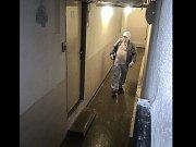 Muž v chodbě.