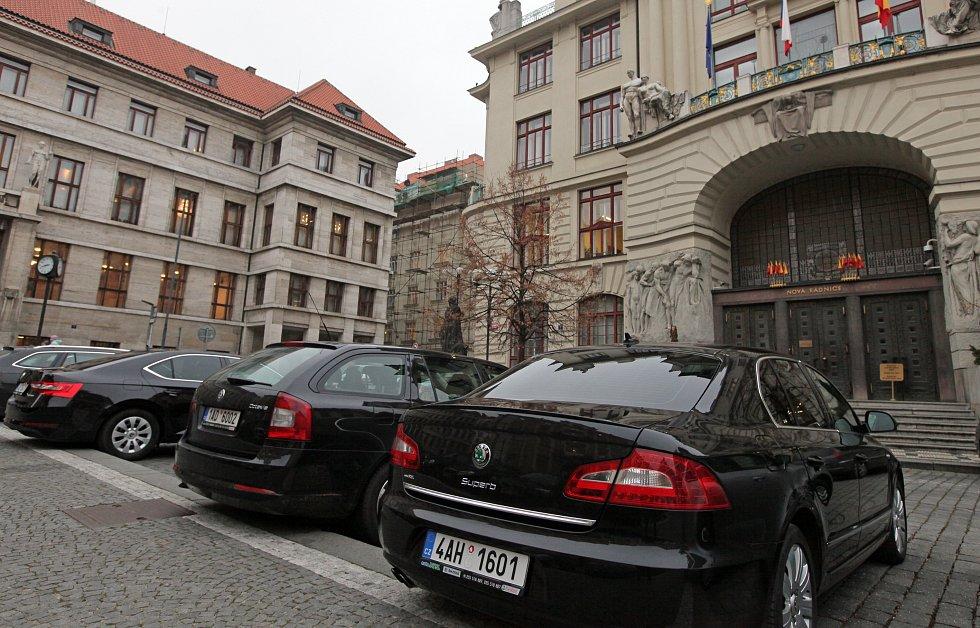 Parkování aut před Magistrátem hlavního města Prahy