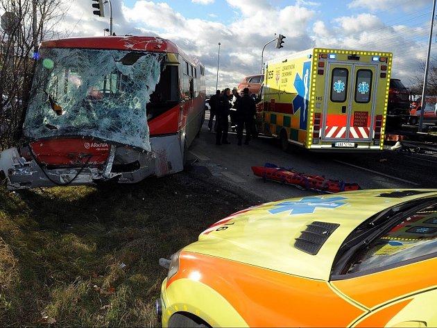 V Kunraticích se srazil autobus MHD s nákladním autem